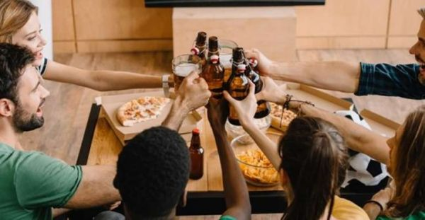 Brasileiros consomem cada vez menos cerveja em bares; o que está por trás disso ?