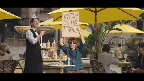 Campanha da SCHWEPPES posiciona marca como refrigerantes para adultos